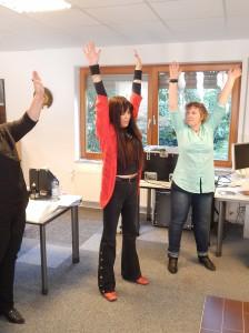 Jutta macht beim Vocal-Worshop die Teilnehmer erst einmal fit.