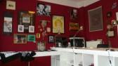 Nicht nur die Haut ihrer Kunden ist künstlerisch verziert, auch die Wände in Studio sind kunstvoll verschönert.