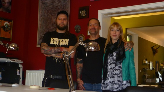 Poschi, Malle und Dana posieren im Eingangsbereich des Hellfish-Studios im Bremer Stadtteil Peterswerder