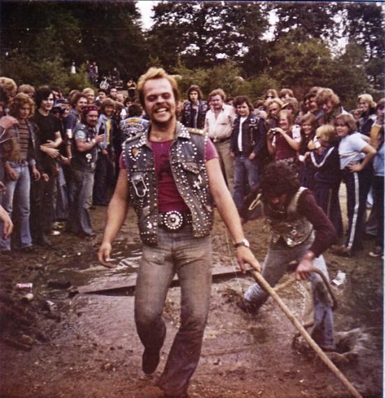 So sahen 1975 die Partys aus. Ab in den Dreck und Spaß haben!