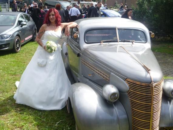 Ein heiße Braut und ein heißes Gefährt!