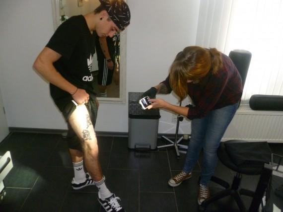 Lena macht das Finish für ihr erstes komplettes Tattoo!