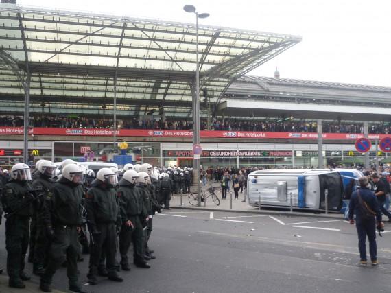 Trotz der Aktion rückte die Polizei zunächst nicht vor!