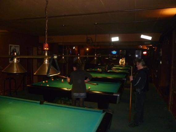 Im hinteren Bereich stehen etloiche große Billiard-Tisch. Montag ist Aktionstag!