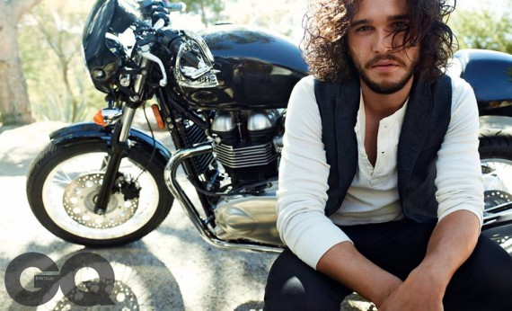 Game of Thrones Star Kit Harrington beim GQ-Shooting mit der Triumph Thruxton.
