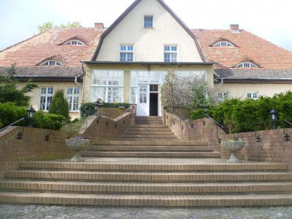 Ehrwürdig steht das Gutshaus in Alt Tellin. Ein Kattzensprung nach Usedom!