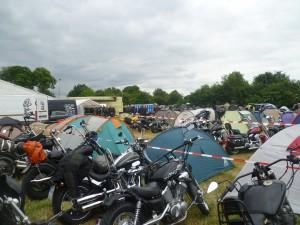 Karre abparken, Zelt aufbauen und ab ins Getümmel!