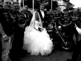 So ein Hochzeitsfoto kann nicht jedes Brautpaar vorweisen. Cooles Ding!