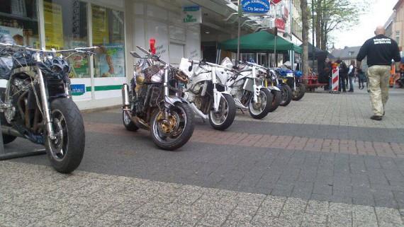 Das sind Streetfighters. Die wesnetlichen Merkmale sind keine Verkleidung und hoch motorisiert!