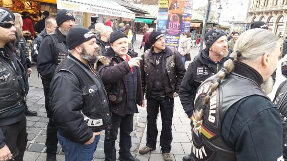 Jörg 1% machte usn den Tour-Guide. auch zwei Member des Black Sheeps MC Netherlands waren mit am Start.