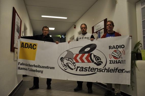"""""""rastenschleifer""""-Macher Jansen, Schröder und Pracht (v.l.) mit neuem Banner."""