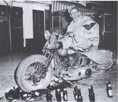 Dieses Foto ging 1949 um die Welt. Es war gestellt worden. Der Typ war ein Modell, kein echter Biker!