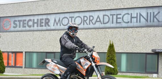 Jan mit der Airbagweste auf seiner KTM vor dem Firmengebäude von Motorradtechnik Stecher in Barsbüttel!