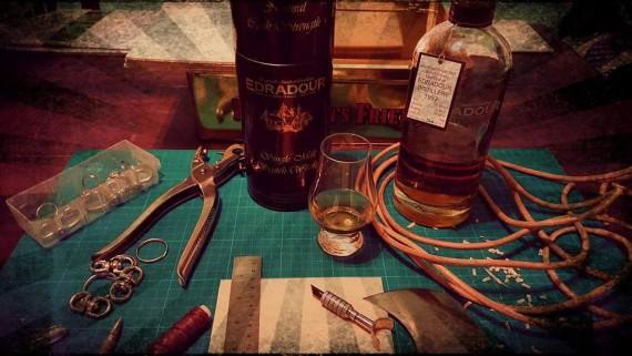 Pitt's Rohhaut Schmiede steht für edle Leder-Handwerkskunst sowie gepflegten Whiskey!