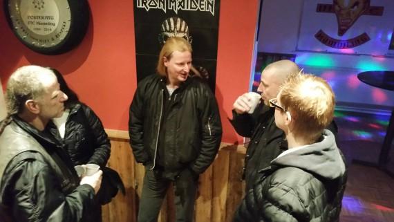 Daalschlag-Frontmann  Claus beim Fachsimpeln mit dem Hessen, Gitarrist beim Wild Rock Project!