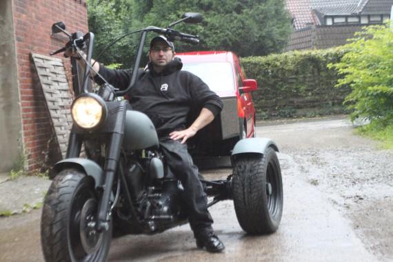 Der Krüppelprediger sehnt sich nach einem eigenen Bike, um den Motor unter dem Arsch zu spüren! No Trike!