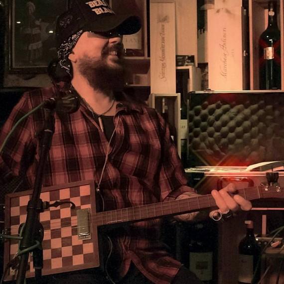 Micky scheibt das Cigarbox-Experiment unter dem Namen Van Wolfen an. macht Sinn!