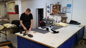 Kollega beim Auftragen des Klebers auf das Leder!