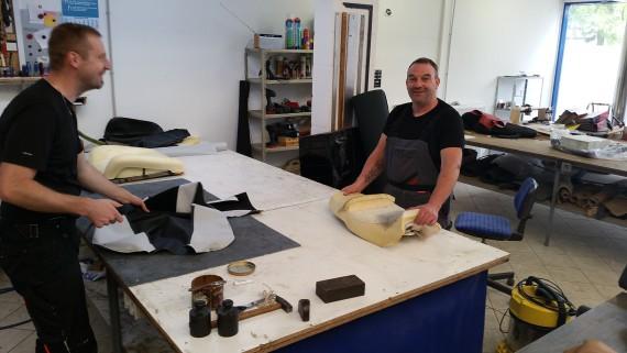 Die Herren haben Spaß an der Arbeit. Thorsten (rechts) hat das handwerk von der Pike auf gelernt.