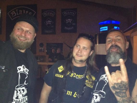 Der Hesse (rechts) amüsiet sich mit Benny vom Angeli Negri MC Rhein-Neckar und Drummer André vom Wild rock Project.