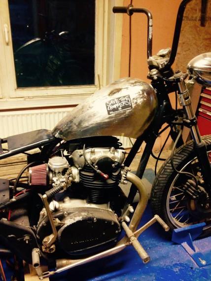 Kustom Kraft erstellt auch Metalteile für eure Bikes. Erst kam das Metal, dann das Leder.