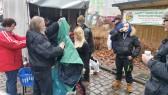 Aufgrund des Regens gab Bodensatz die Kleiderspenden aus einem Anhänger heraus. 50% Abnahme!