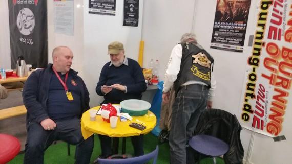 Wolle (Mitte) im Gespräch mit einem Aussteller.