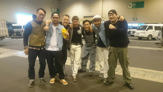 Tim (Mitte) im Kreise seiner japanischen Partner von Custom Works Sun.