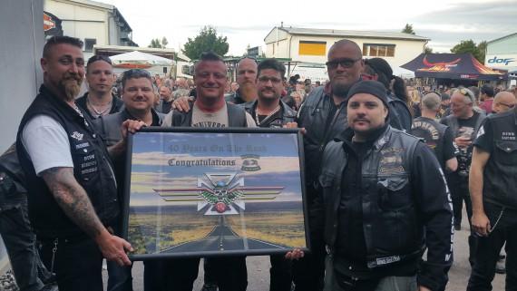 Präsi Andy (links) und Member Franky freute sich über unzählige Anniversary-Geschenke!