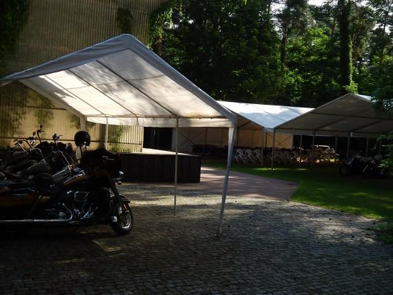 In dem großen Biergarten gibt es ohne Ende Unterstellplätze für 'eure Bikes!