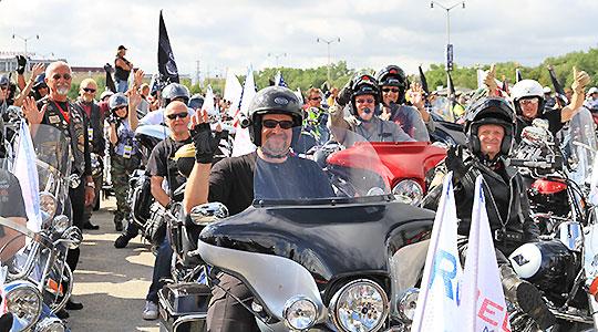 Harley feiert in Prag 15 Jahre Firmengeschichte. Reuthers klinkt sich mit einer Rundreise ein.